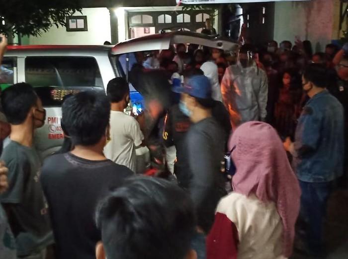 Seorang karyawan rumah sakit swasta di Surabaya, LN (24), ditemukan tewas gantung diri. Korban ditemukan tewas di dalam kamar kos-nya di kawasan Wiyung.