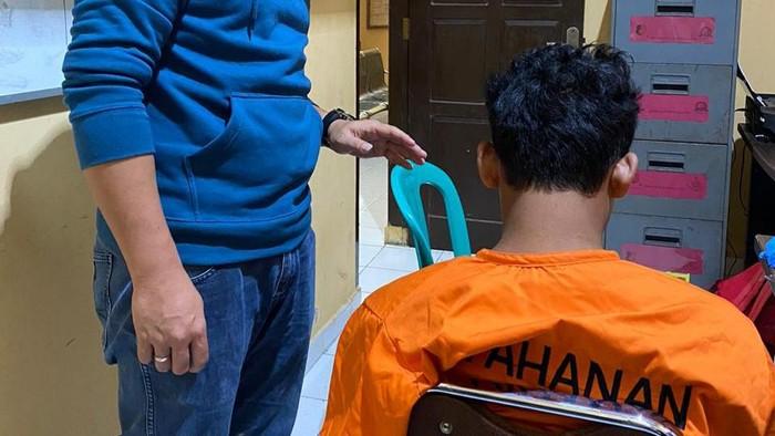 Kasat Reskrim saat mengintrogasi pelaku pemerkosa eks guru di Banyuasin