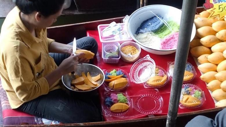 Keseruan Belanja Oleh-oleh Thailand di Damnoen Saduak