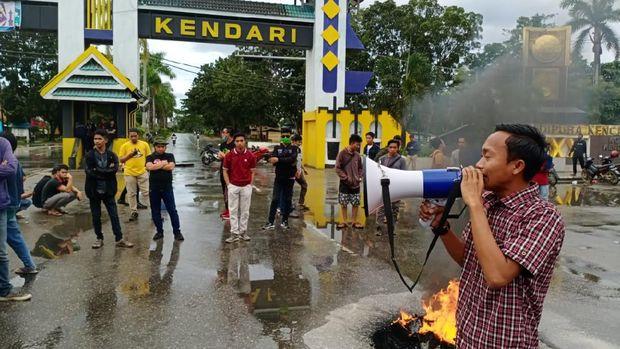 Ketua HMI Kendari, Zulkarnain saat berorasi menolak kedatangan TKA China, Sultra, Jumat (10/7/2020).