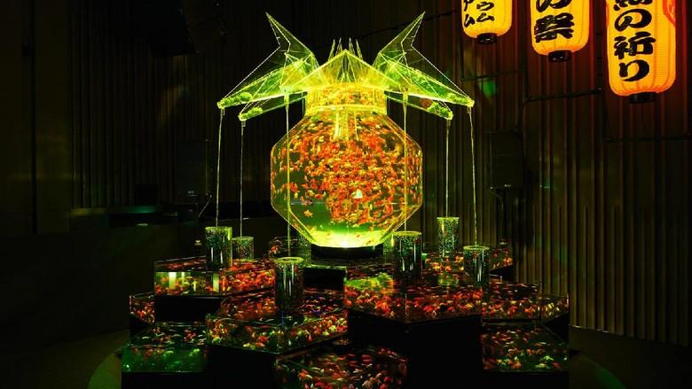 Lihat 30 Ribu Ikan Mas Koki Berenang di Art Aquarium Tokyo