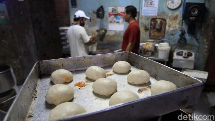 Industri roti rumah ikut terdampak pandemi COVID-19. Produksi roti mereka perharinya menurun drastis.