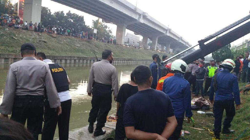 Mobil Nyemplung di Kalimalang, Anak 3 Tahun yang Hanyut Belum Ditemukan