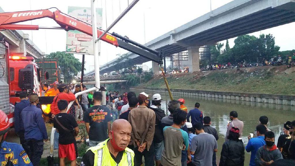 Detik-detik Mobil Terjun ke Kalimalang Bekasi: Ibu Tewas-Anak Hanyut