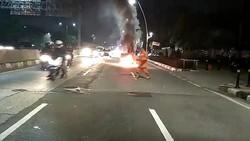 Sebuah Motor Terbakar di Jalan Yos Sudarso Dekat Kantor Wali Kota Jakut