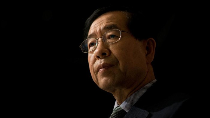 (FILES) This file photo taken on May 26, 2014 shows Seoul mayor Park Won-Soon attending an interview with AFP in Seoul. - Seouls outspoken mayor Park Won-soon, long seen as a potential South Korean presidential candidate, was found dead on July 10, 2020, police said. He was 64. A former Seoul City employee filed a police complaint -- allegedly involving sexual harassment -- against him on July 8. Parks body was found on a mountain in northern Seoul, police said, after a search by hundreds of officers. (Photo by Ed JONES / AFP)