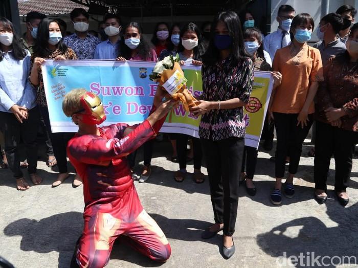 Puluhan mahasiswa di Asrama Jalan Ketintang Madya 66 sudah dinyatakan sembuh dari COVID-19. Mereka sembuh setelah tiga bulan menjalani isolasi mandiri.