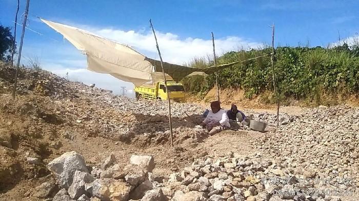 Penambangan batu gamping di Bukit Batu Putih (Foto: Istimewa)