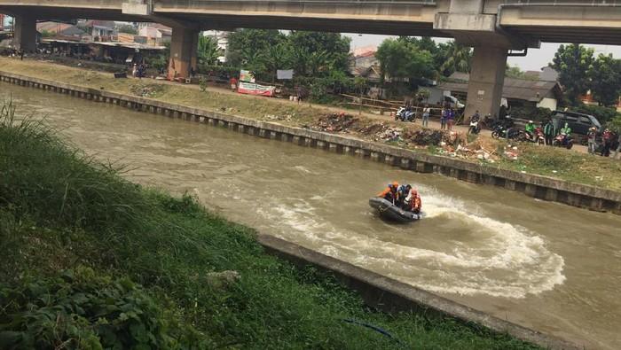 Pencarian Anak Korban Mobil Nyemplung di Kalimalang Terkendala Lumpur Tebal