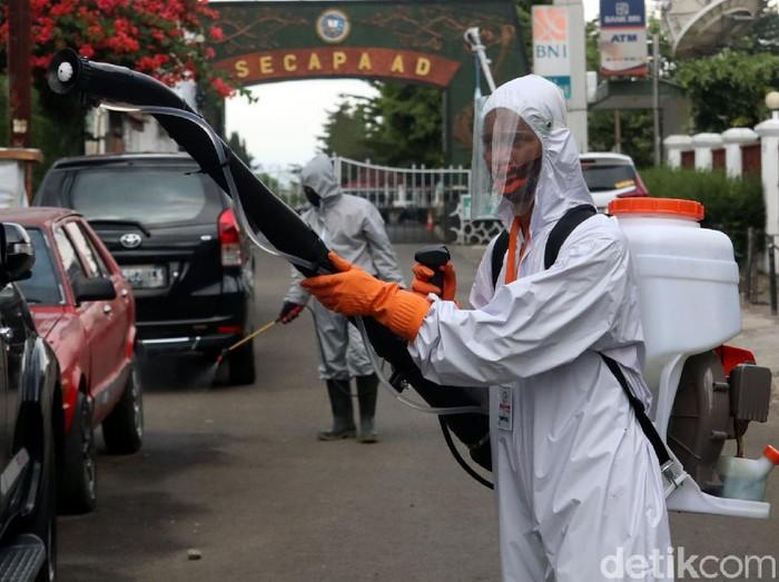 Warga yang tinggal di sekitar Secapa AD, Kota Bandung melakukan penyemprotan disinfekatan di sekitar pemukiman. Hal itu dilakukan guna cegah COVID-19.