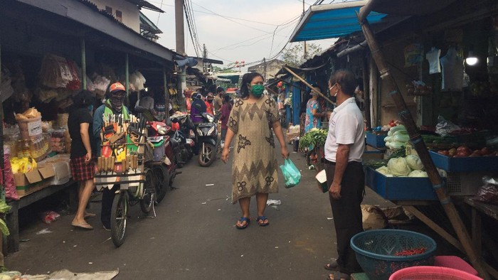 Pengunjung Tak Bermasker Di Pasar Kebon Pala Disanksi Nyanyi Lagu Nasional