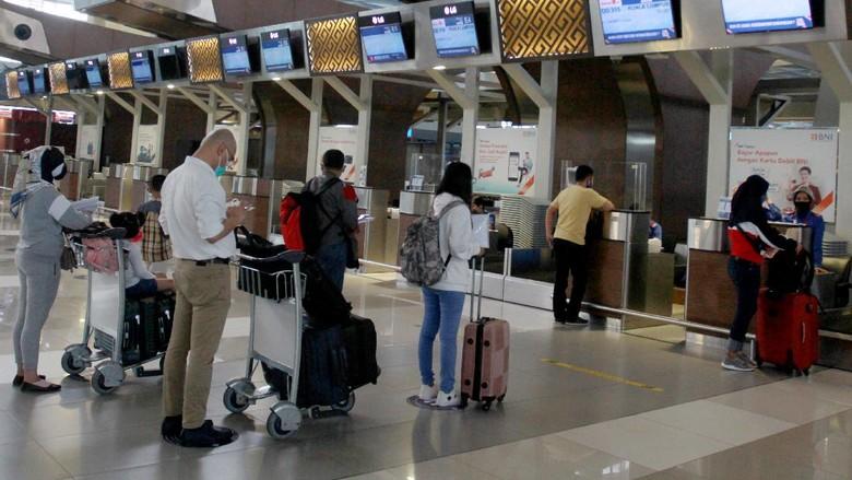 Calon penumpang dengan menerapkan jaga jarak bersiap menaiki pesawat di Terminal 3 Bandara Soekarno-Hatta, Tangerang, Banten, Jumat (10/7/2020. Pada masa tatanan normal baru lalu lintas penerbangan di Bandara Soekarno-Hatta mulai meningkat pada bulan ini. Periode 1-5 Juli 2020, rata-rata penerbangan sebanyak 355 penerbangan per hari, naik dibandingkan pada 1-30 Juni 2020 rata-rata 243 penerbangan per hari.