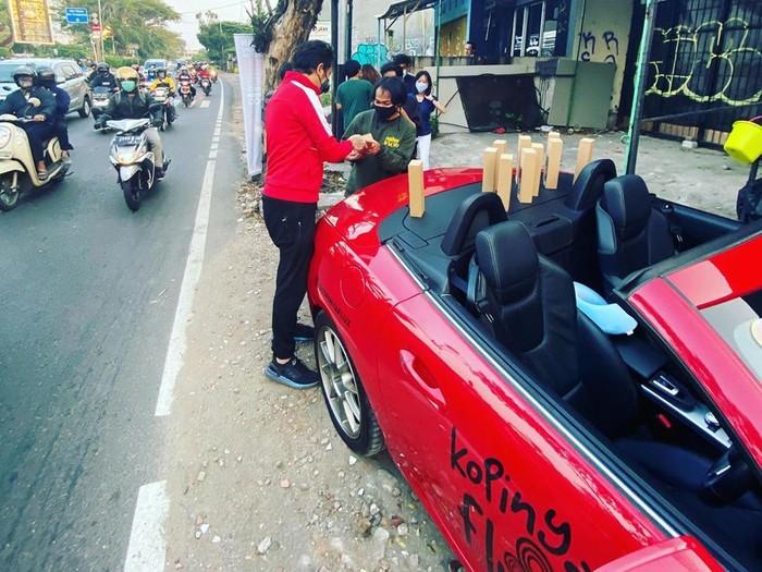 Viral Penjual Kopi Pakai Mobil Mewah