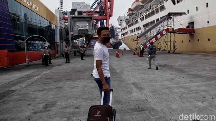 Hari ini Kapal KM Kelud milik Pelni mulai mengangkut penumpang di Terminal Penumpang Pelabuhan Priok pasca PSBB selama 3 bulan.