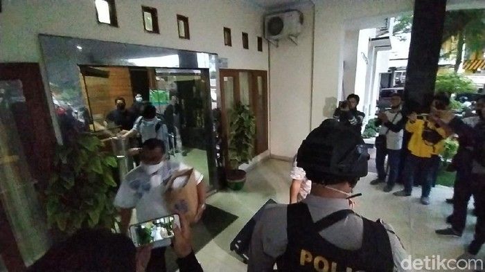 Petugas KPK menyita sejumlah barang bukti dari penggeledahan di Banjar