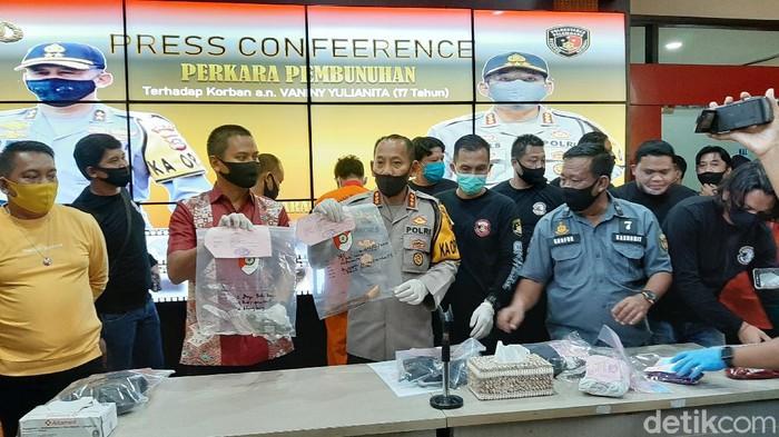 Polisi menunjukkan barang bukti di Mapolreatabes Palembang (Raja Adil Siregar/detikcom)