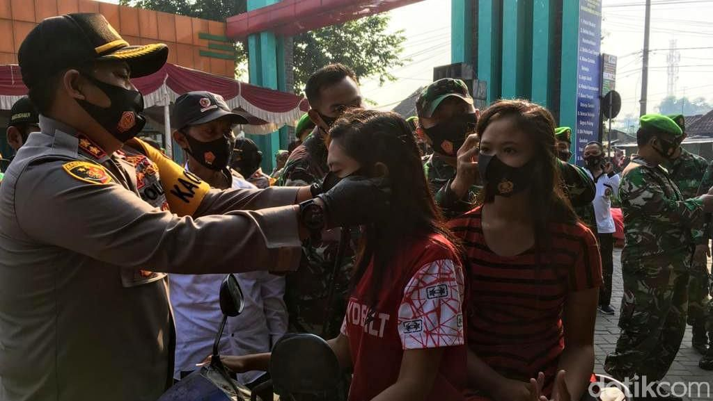 Banyak Pedagang dan Pembeli Tak Pakai Masker di Pasar Kedungmaling Mojokerto