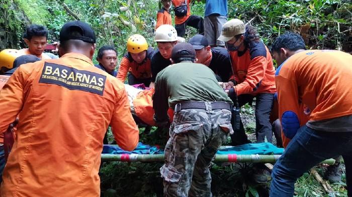 Proses evakuasi Bunga (60), petani yang 4 hari hilang di hutan Bukit Buakang, Desa Panaikang, Sinjai, Sulsel (dok. Istimewa)