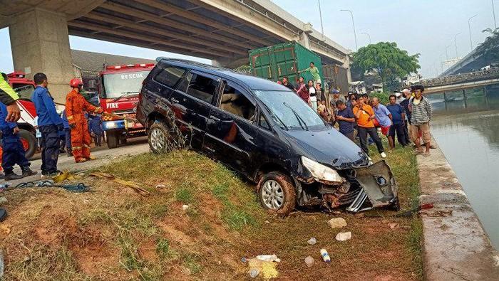 Proses evakuasi mobil nyemplung di Sungai Kalimalang, Bekasi.