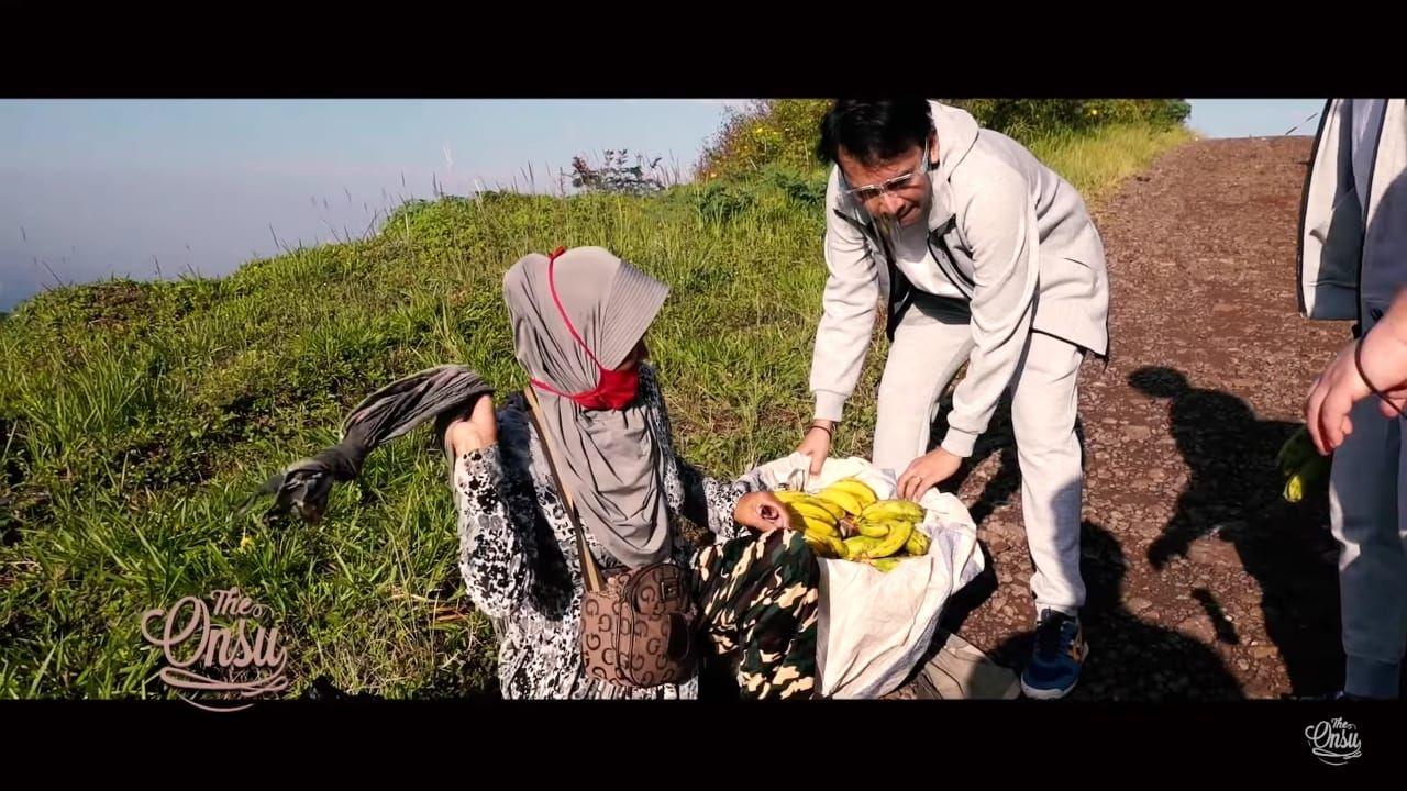 Ruben Onsu borong pisang