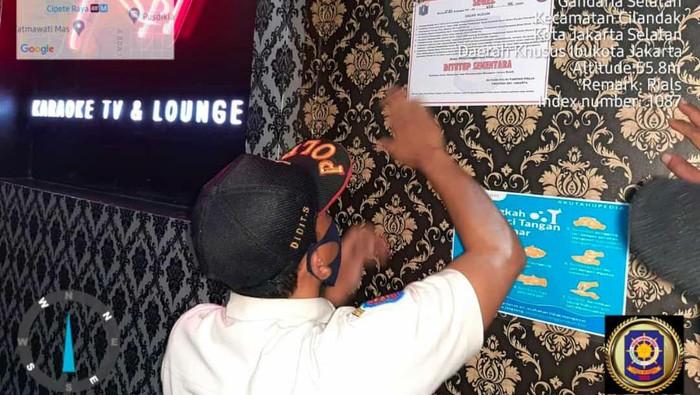 Satpol PP DKI segel karaoke Reff Cilandak, Jakarta Selatan.