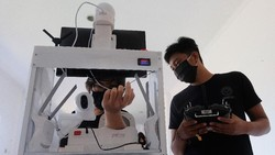 Mahasiswa Teknik Elektro dan Teknik Mesin Udayana Bali, memperkenalkan robot pembantu tenaga medis dalam menangani pasien COVID-19. Seperti apa? Ini dia.