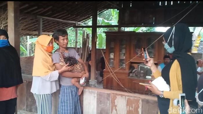 Giman (47) seketika menjadi sorotan dan banyak dikenal orang. Bak artis, ia kerap diajak foto bareng olah para pengunjung yang mendatangi rumahnya.