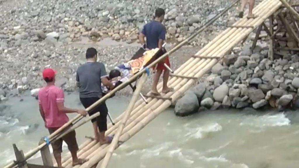 Dramatis! Warga Lebak Tandu Ibu Hamil Lewati Jembatan Bambu
