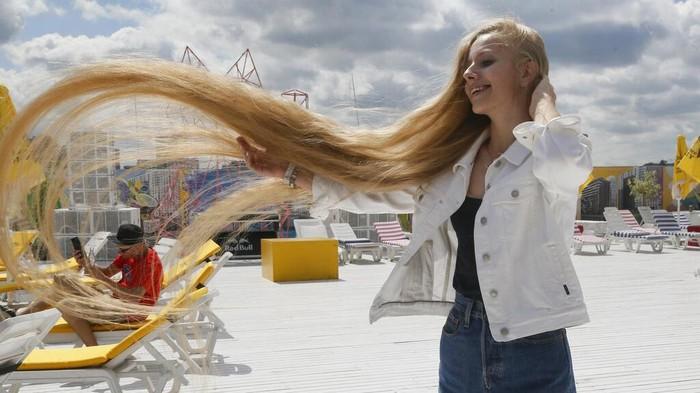 Olena Korzenyuk disebut sebagai remaja dengan rambut terpanjang di Ukraina. Tak tanggung-tanggung, panjang rambutnya mencapai 2,35 meter.