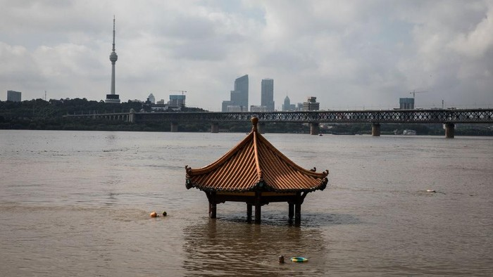 WUHAN, CHINA - JULY 09:  (CHINA OUT) A resident swims in flooded waters at Jiangtan Park caused by heavy rain along the Yangtze river on July 9, 2020 in Wuhan, China. On July 5, Wuhan upgraded its emergency response for flood control from Grade III to Grade II, the second-highest of the four-tier system following weeks of torrential rain which have reportedly left at least 121 dead or missing. (Photo by Getty Images)