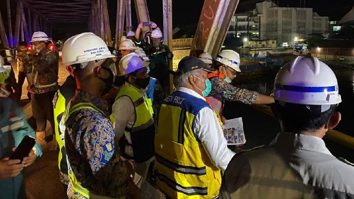 Menteri Pekerjaan Umum dan Perumahan Rakyat (PUPR) Basuki Hadimuljono meninjau progres pembangunan Jembatan Sei Alalak sepanjang 850 meter di Banjarmasin, Kalimantan Selatan.