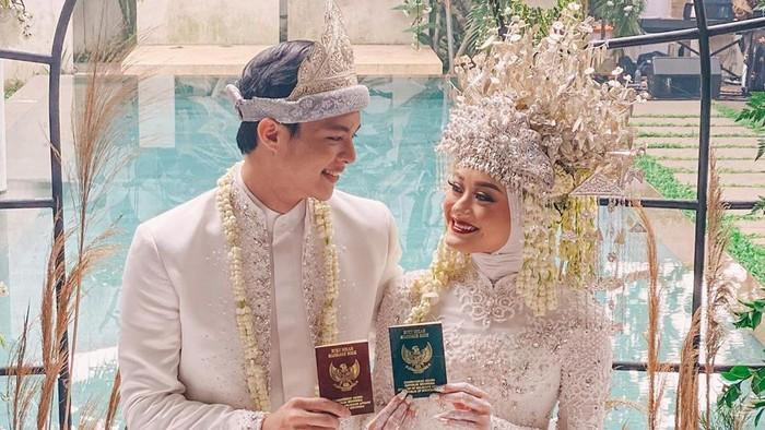 Dinda Hauw resmi menikah dengan Rey Mbayang pada Jumat (10/7/2020).Kisah cinta keduanya viral, karena dianggap sweet lewat proses taaruf. (Foto: Instagram @ananditodwis)