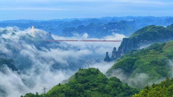 Xiangxi UNESCO Global Geopark memiliki sejarah manusia yang kaya. Daerah ini juga dikenal dengan Hutan Batu Merah, Dehang Grand Canyon, Lembah Zuolong dan banyak air terjun spektakuler. (UNESCO)