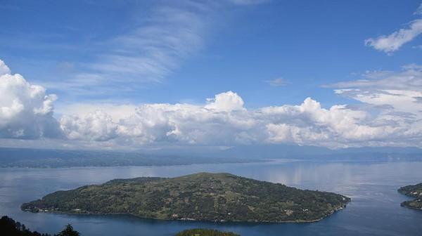 Kaldera Toba UNESCO Global Geopark terbentuk dari erupsi volcanic dahsyat 74 ribu tahun lalu. Cekungan air kaldera tersebut merupakan danau volcanic terbesar di Indonesia dan berada di ketinggian 904 Mdpl. (UNESCO)