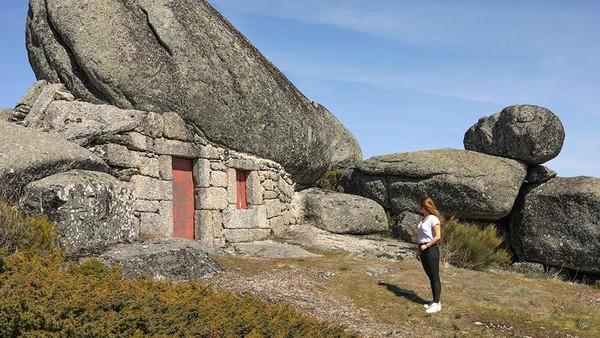 Estrela UNESCO Global Geopark (Portugal) memiliki sebuah bidang es berkembang di atas dataran tinggi, menciptakan fitur-fitur dengan karakteristik geologisnya yang khas. (UNESCO)