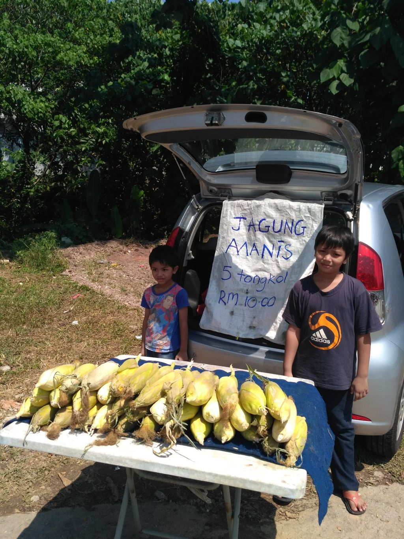 Ibu hamil 7 bulan jualan jagung untuk keluarga