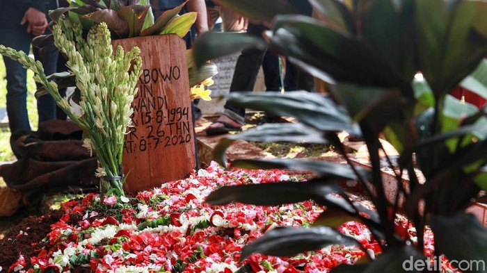 Jenazah editor MetroTV Yodi Prabowo dimakamkan di TPU Sandratex, Ciputat Timur, Tangerang Selatan, Sabut(11/7/2020). Suasana haru mengiringi pemakaman editor MetroTV tersebut.