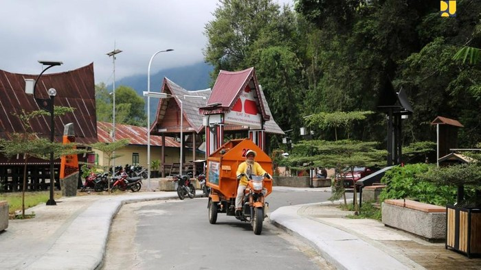 Sebagai upaya mempertahankan seni dan budaya lokal dalam.produksi tenun ulos, Kementerian PUPR pada tahun 2020 ini telah memulai proses lelang pekerjaan Penataan Kampung Ulos Huta Raja dan Huta Siallagan di Kabupaten Samosir dengan Pagu DIPA 2020-2021sebesar Rp 57,9 miliar.
