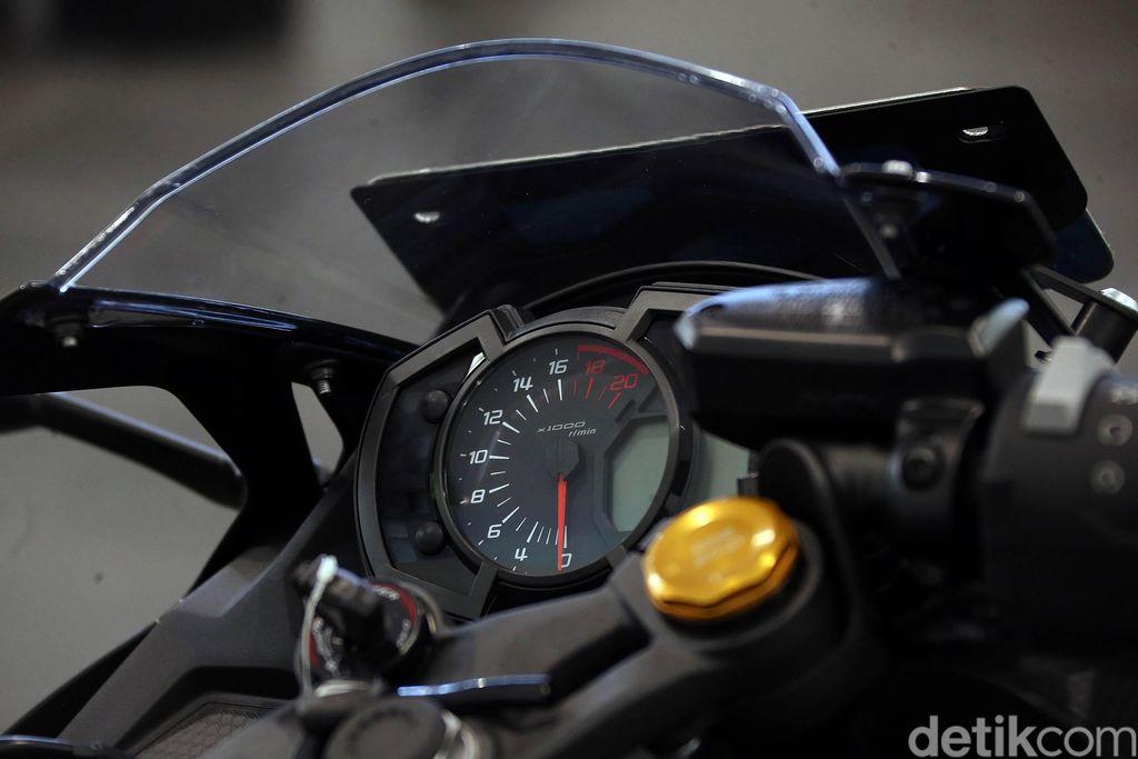 Setelah tertunda karena wabah virus Corona, Kawasaki Ninja ZX-25R akhirnya meluncur di Indonesia. Kawasaki Ninja ZX-25R dibanderol mulai Rp 96 juta.