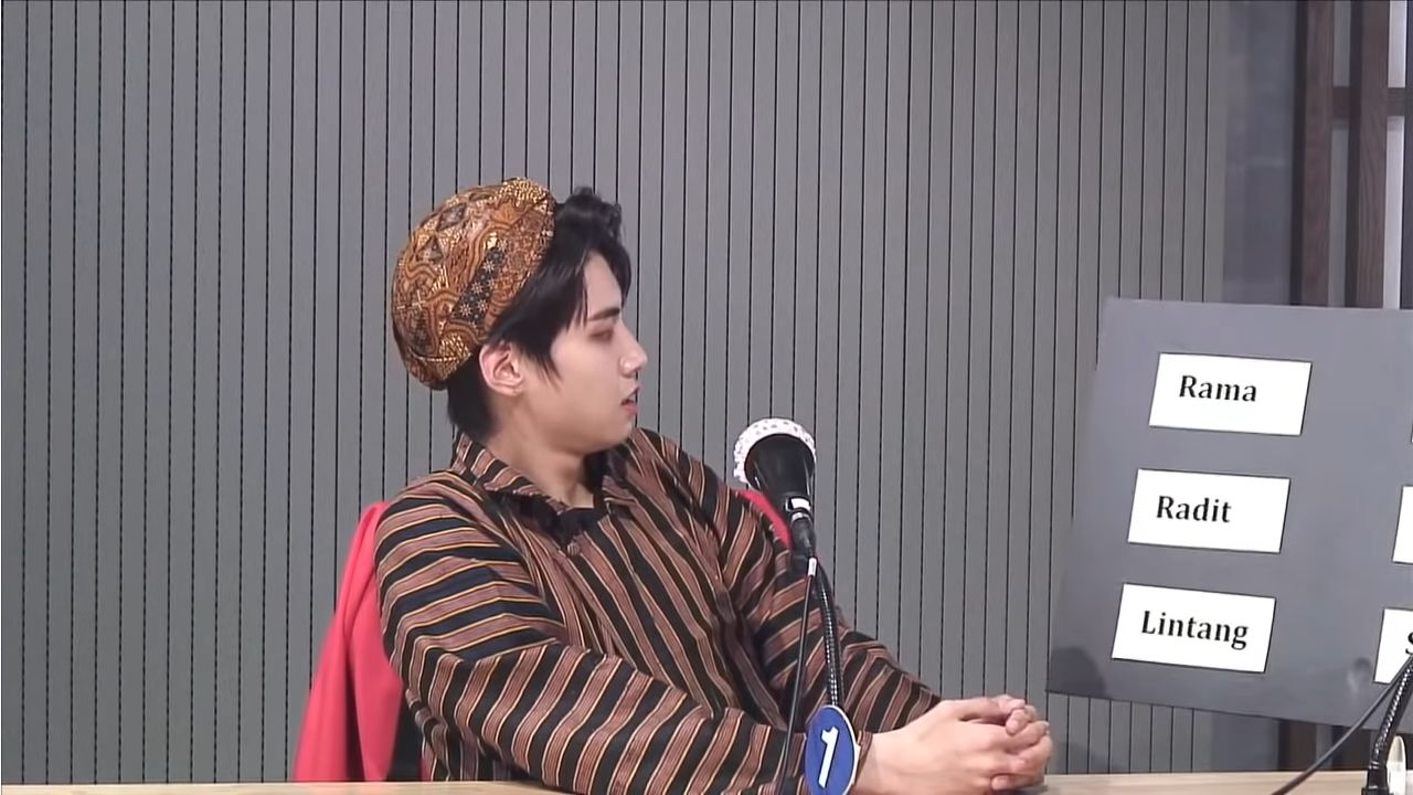 Lee Jin Hyuk Pakai Blangkon dan Lurik