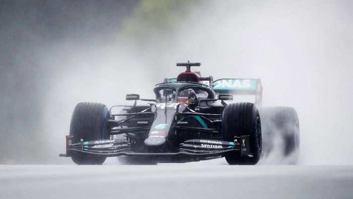 SPIELBERG, AUSTRIA - JULY 11: Lewis Hamilton of Great Britain driving the (44) Mercedes AMG Petronas F1 Team Mercedes W11 on track during qualifying for the Formula One Grand Prix of Styria at Red Bull Ring on July 11, 2020 in Spielberg, Austria. (Photo by Mark Thompson/Getty Images)