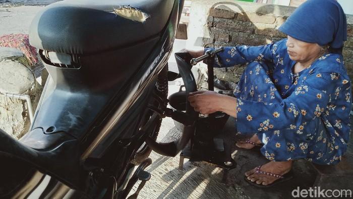 Mbah Kasmini, nenek penambal ban di Klaten