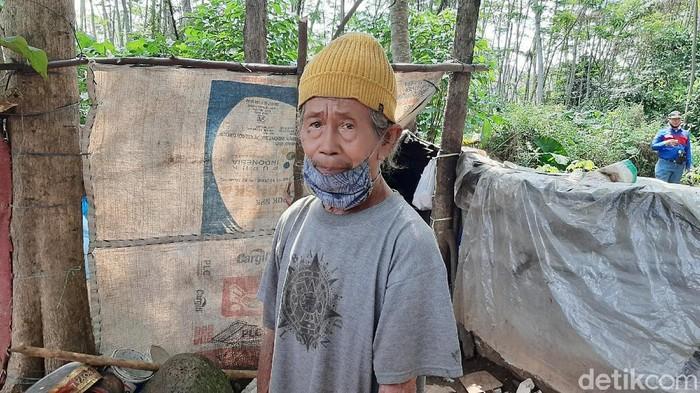 Mbah Tarso yang tinggal di gubuk karung di Banyumas dibuatkan rumah oleh warga