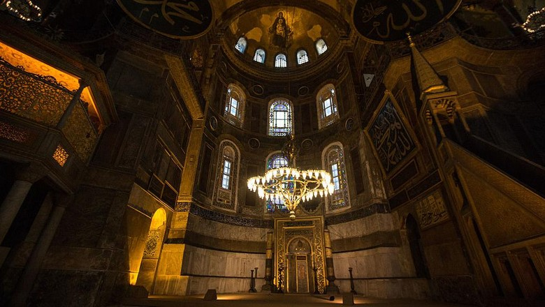 Pengadilan Turki menyetujui fungsi bangunan Hagia Sophia diubah dari museum menjadi masjid. Umat Islam di Turki dapat melangsungkan salat mulai 24 Juli 2020.