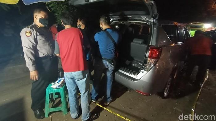 Mobil korban perampokan di Kudus yang ditinggal di jalan oleh pelaku.