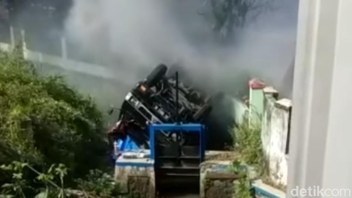 Mobil Pengangkut Multiplek Terbalik di Tulungagung