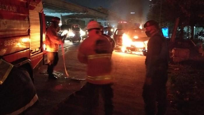 Mobil terbakar di Bekasi