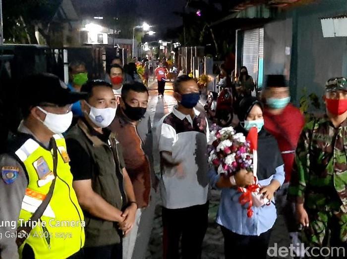 Pasien Sembuh Corona Disambut Bucket Bunga dan Elektonan