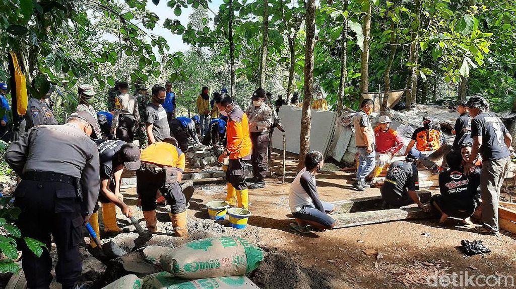 Pembangunan Rumah Mbah Tarso yang Hidup di Gubuk Karung di Purwokerto