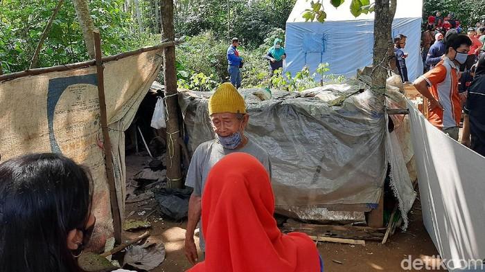 Warga dan relawan melakukan penggalangan dana untuk membuatkan rumah bagi Mbah Tarso dan istri yang selama ini tinggal di gubuk berbahan karung di Purwokerto.